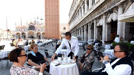 As officials talk of tighter lockdown, Italian restaurants open their doors in protest (VIDEOS)