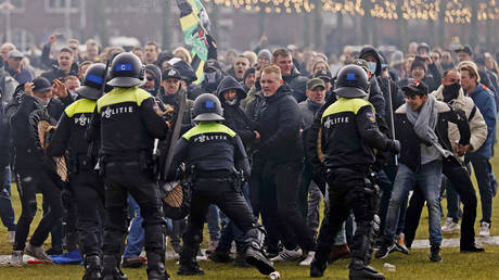 Water cannons & mounted officers: Unauthorized anti-lockdown rally in Amsterdam invokes strong police response (VIDEOS, PHOTOS)