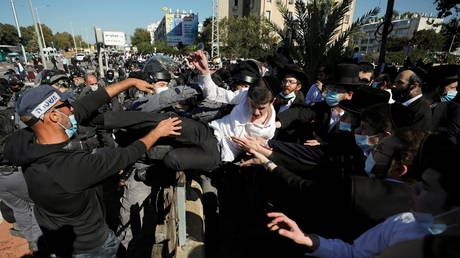 Orthodox Jews clash with police in Israel as some religious schools open in violation of lockdown (VIDEOS)
