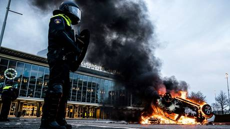 Clashes, arson & mass arrests as riot police struggle to contain anti-lockdown rage in the Netherlands (VIDEOS)