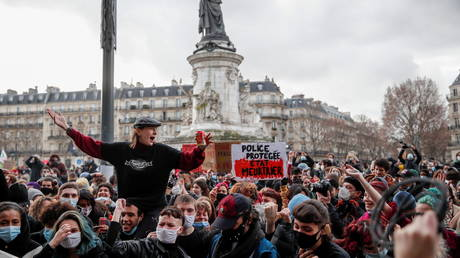 Riot police CRACK DOWN on anti-Global Security Bill protesters in Paris
