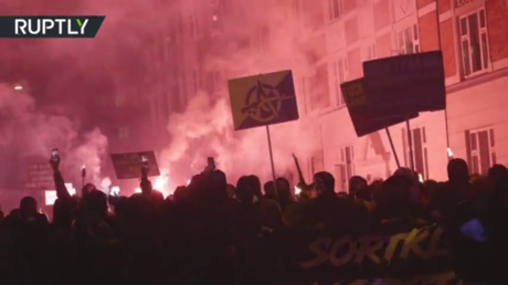 Anti-lockdown protesters stage torch-lit march in Denmark (VIDEOS)