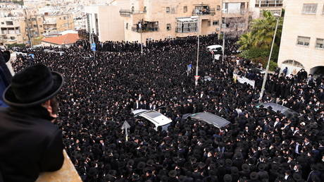 Thousands of Orthodox Jews violate lockdown to attend funeral of prominent rabbi killed by coronavirus (PHOTOS)
