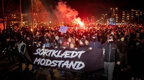 Black-clad anti-lockdown demonstrators march through Copenhagen after activist receives 2-yr jail term (VIDEO)