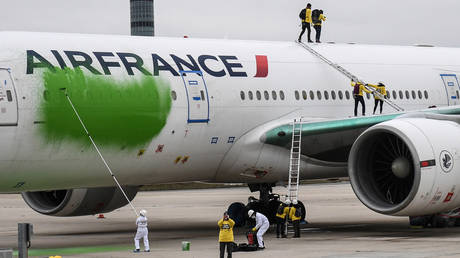 Greenpeace activists sneak onto airport tarmac & vandalize Air France jet, raising security concerns (PHOTOS, VIDEO)