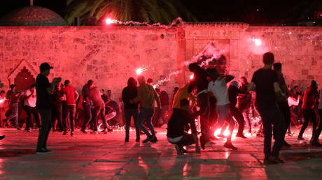 Almost 180 injured, Ruptly cameraman attacked as Palestinians & Israeli police clash near Al-Aqsa mosque in Jerusalem