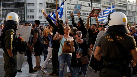 VIDEO: Greek police blast anti-vaccine protesters with water cannon and tear gas outside parliament in Athens