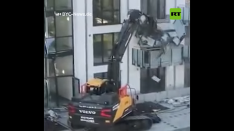 VIDEO: Germany's mini-Heemeyer? Worker demolishes building's facade with EXCAVATOR after claiming he wasn't paid in full