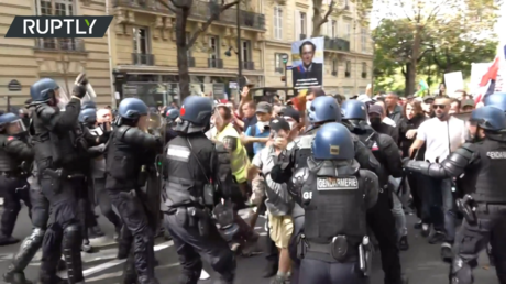WATCH: Tear gas & clashes in Paris as thousands protest over Covid-19 health passes for 9th consecutive weekend