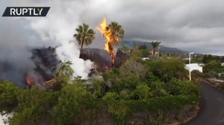VIDEO: New fissure opens as La Palma volcano continues to erupt, destroying homes & EVAPORATING swimming pools